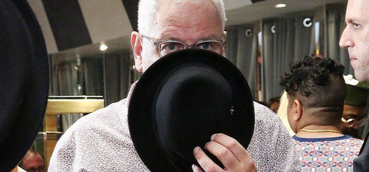 Le fondateur de Ted Baker, Ray Kelvin, démissionne au milieu d'une querelle de câlins