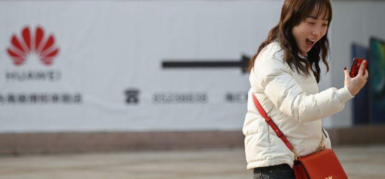 """La pleine page de la pub WSJ de Huawei : """"Ne croyez pas tout ce que vous entendez""""."""