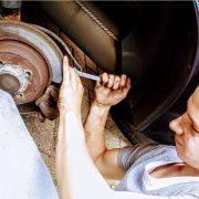 Comment aider papa à réparer la voiture en travaillant en équipe et en faisant preuve de détermination