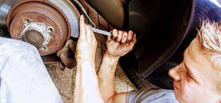 Comment apprendre à votre adolescent à réparer leur voiture sans dépenser une fortune