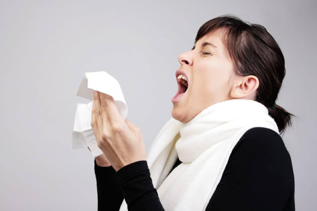 Une personne atteinte de la grippe en hiver