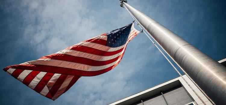 Comment choisir le meilleur éclairage pour votre mât de drapeau