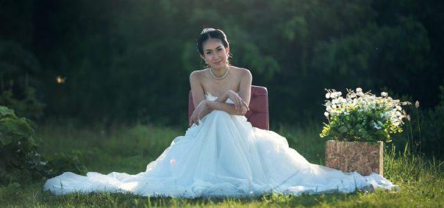 4 choses à considérer avant de faire des emplettes pour la robe de mariée droite
